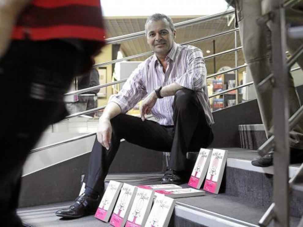 Nacho Sierra, posando ayer en Zaragoza con ejemplares de 'El cerebro entre las piernas'