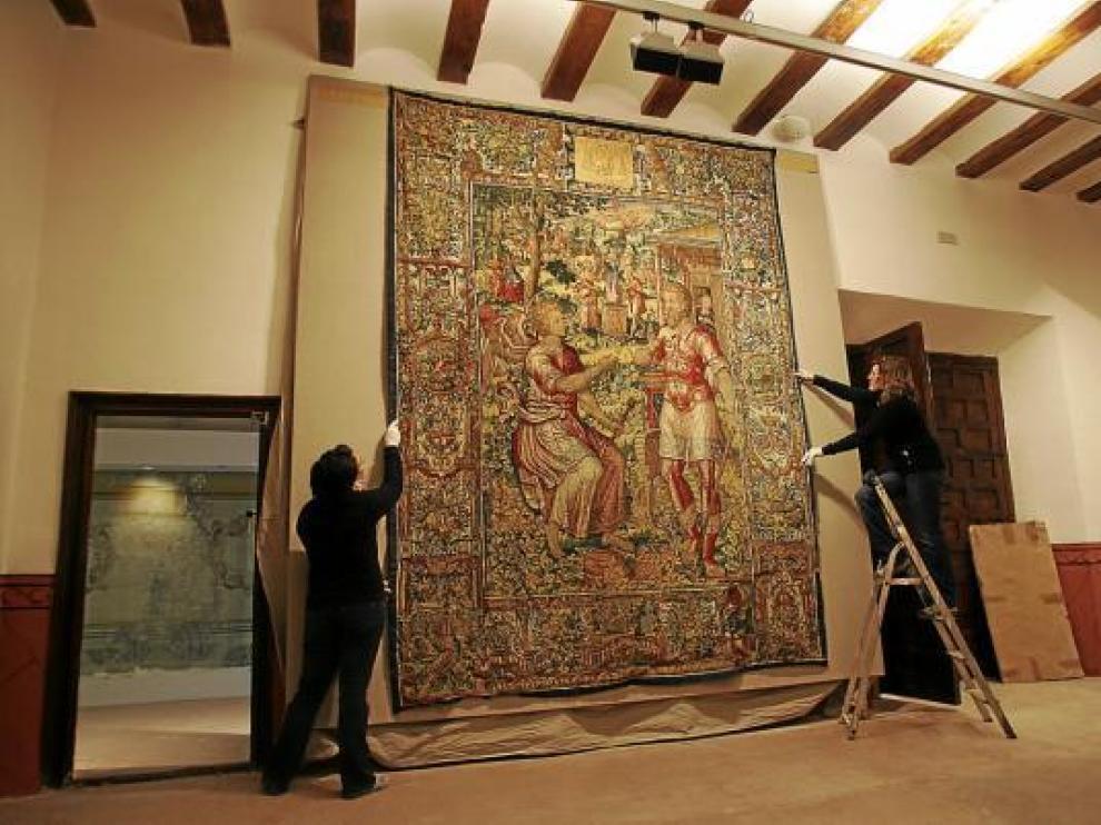 El personal de la Fundación Santa María durante el montaje de la colección de tapices