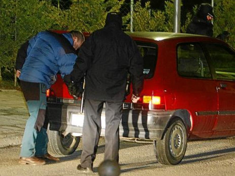 Dos policías registran el martes un vehículo en la urbanización de Jaca en la que vivía Igor Martín