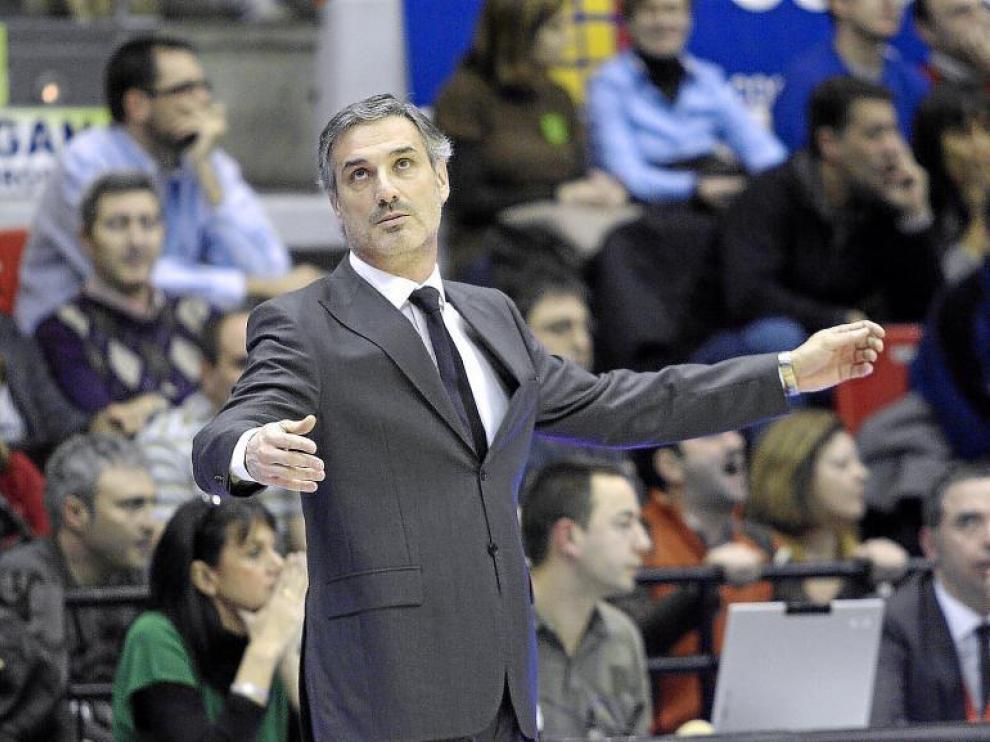 José Luis Abós hace un gesto de desesperación durante un encuentro en el Príncipe Felipe