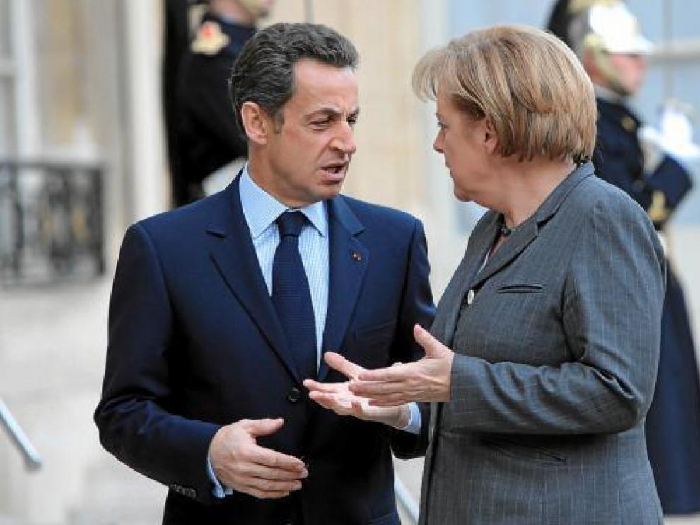 Nicolas Sarkozy saluda a Angela Merkel, ayer en el Palacio del Elíseo, en París