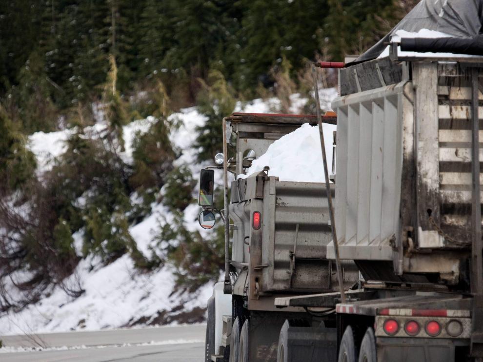 Varios camiones llevan nieve para preparar los Juegos Olímpicos de Vancouver