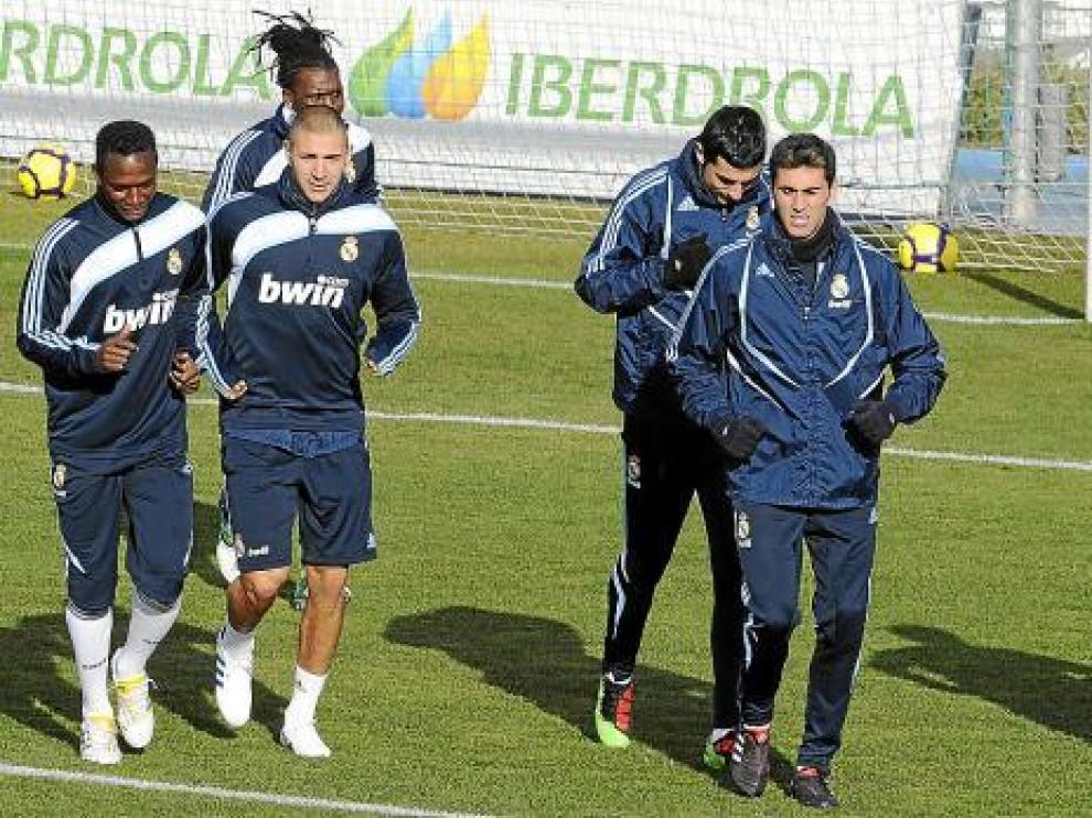 Los futbolistas del Real Madrid realizan carrera continua, durante un entrenamiento.