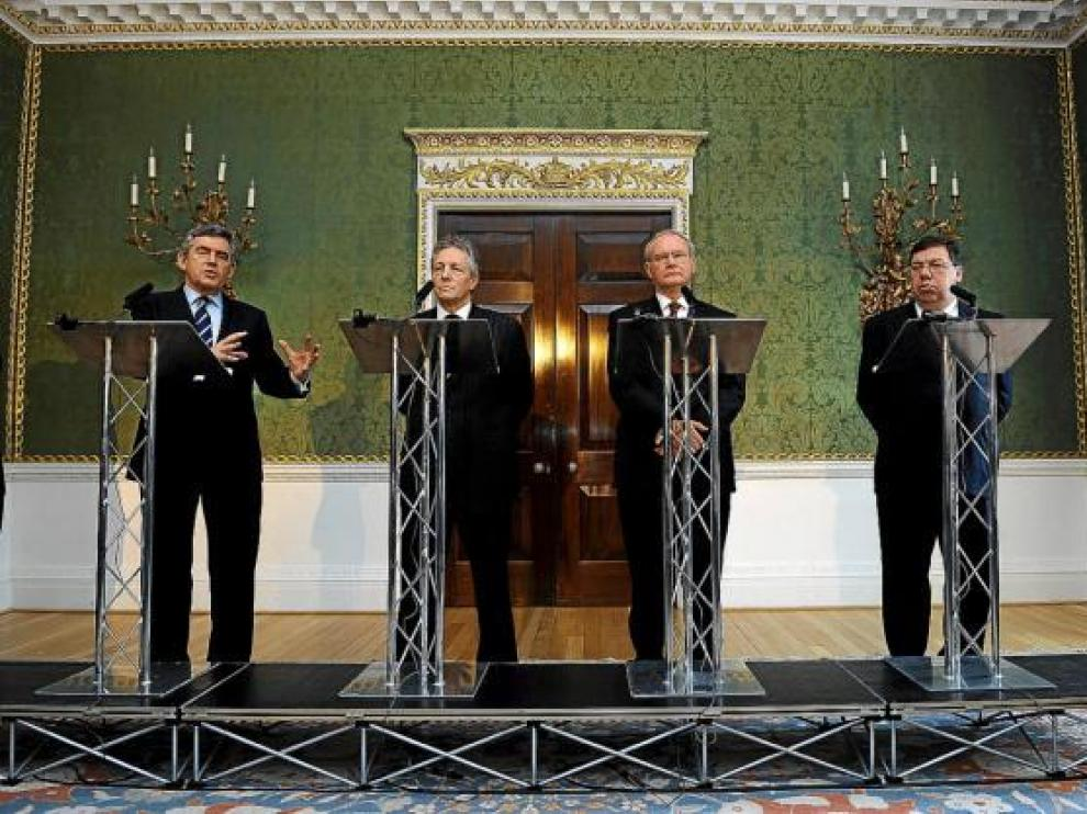 De izda. a dcha., Brow, Robinson, McGuinness y Cowen, ayer en Hillsborourgh (Reino Unido).
