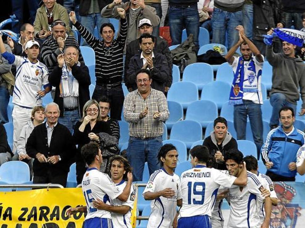 Los jugadores celebran junto a los aficionados un gol en la victoria frente al Almería