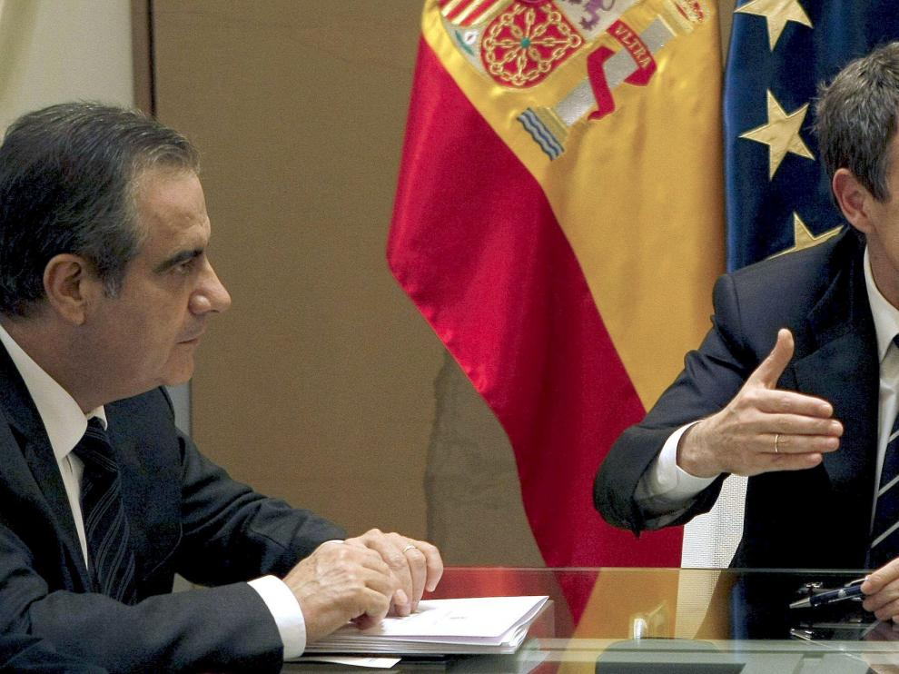 El presidente del Gobierno(c), y el ministro de Trabajo(i), durante la reunión que han mantenido con el presidente de la CEOE(d)