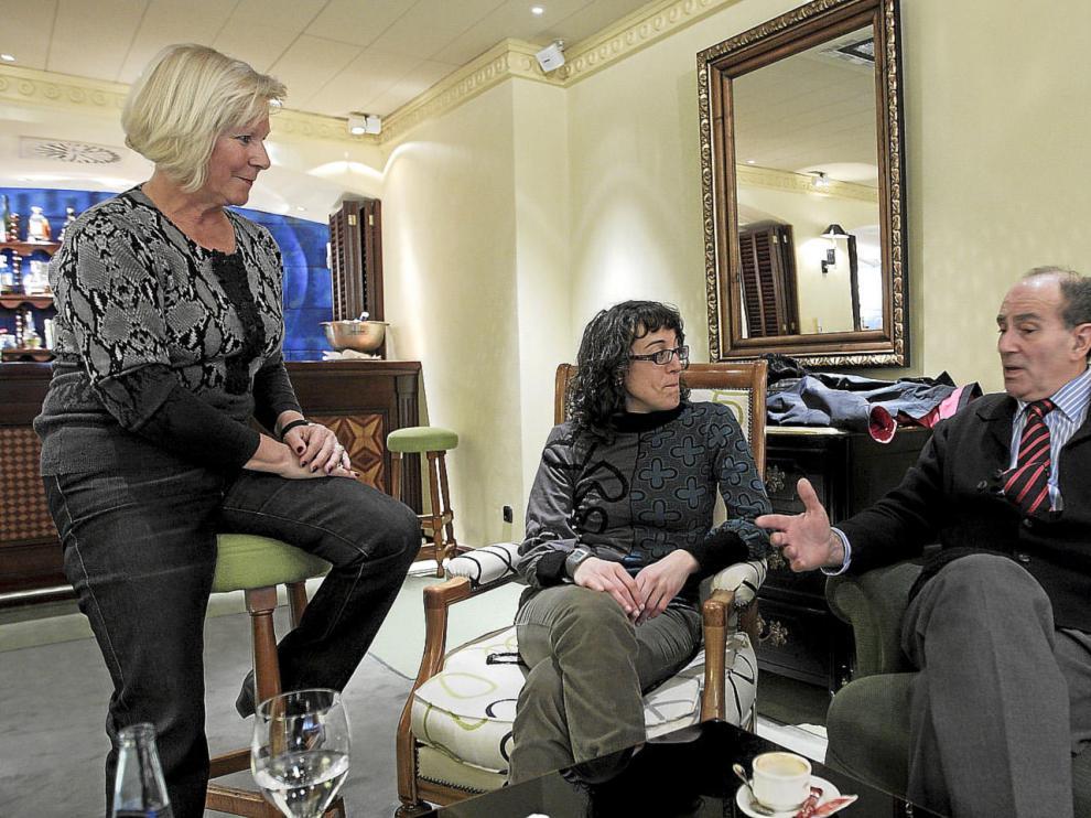 Amelia Casaucau, Gema Cabestre y Francisco José Carapeto, en la cafetería del hotel Palafox