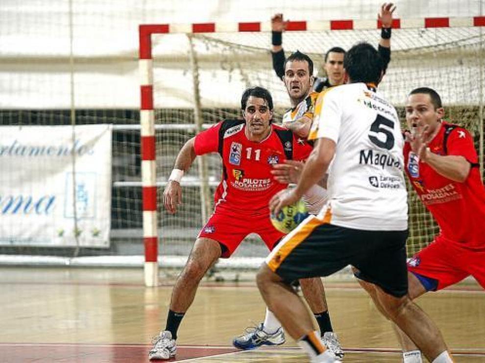 Jorge Maqueda, del CAI Aragón, busca una buena opción de ataque en el partido de ayer