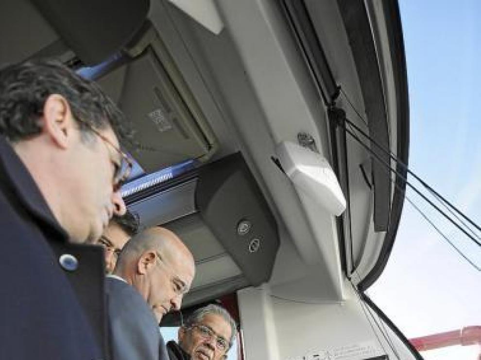 Aliaga (d) y Raja Rao, ayer en un nuevo autobús de Tata Hispano