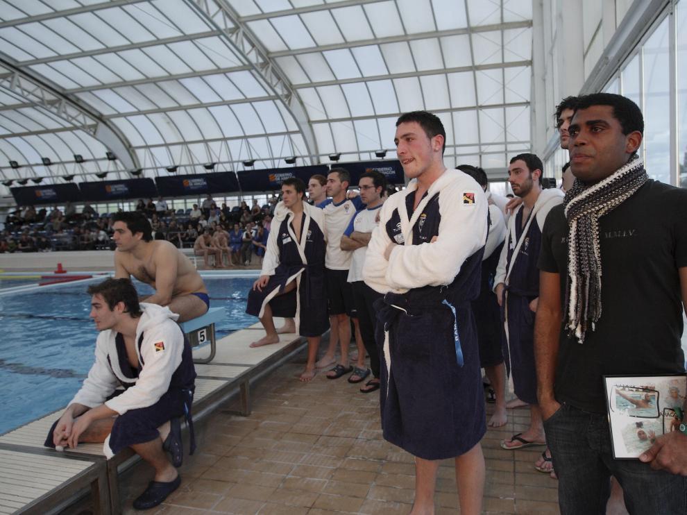Los jugadores del ADF Helios, emocionados al ver las imágenes de Ramsés en el PD Ebro.