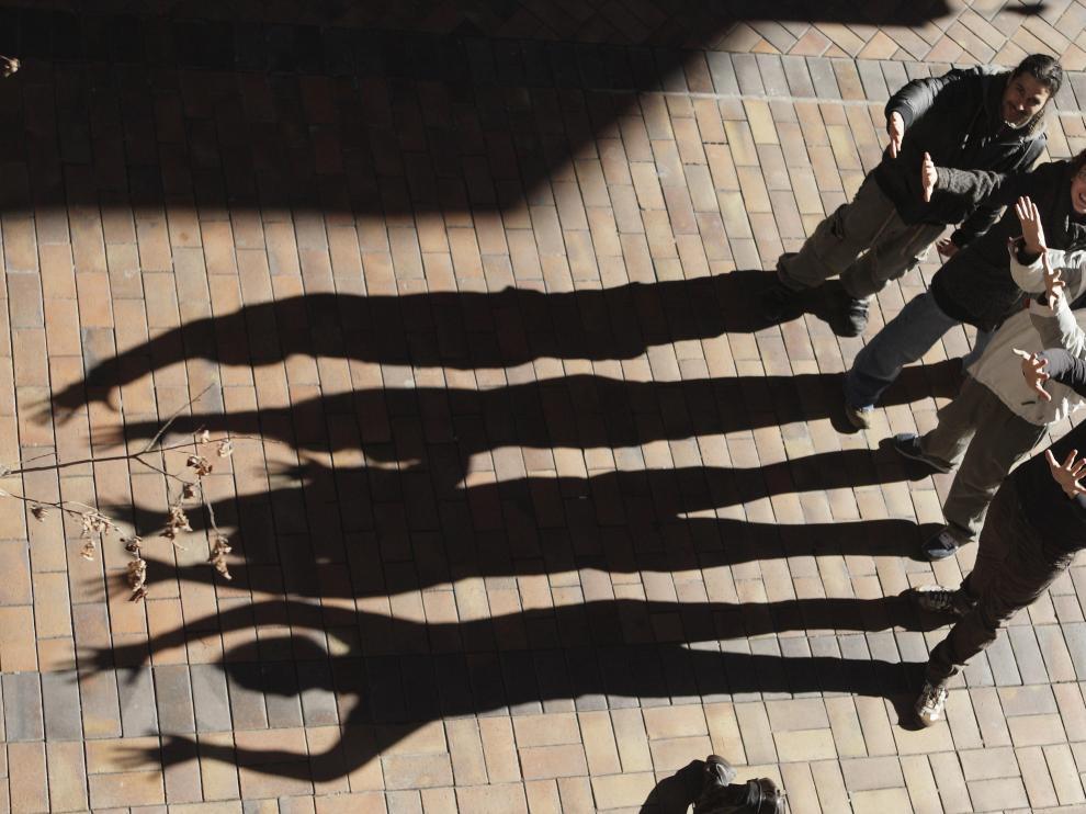 De arriba abajo, los músicos Jesús Martí, Érika López, Fran Gazol y Marcos Sánchez. A la izquierda, sus alargadas sombras.