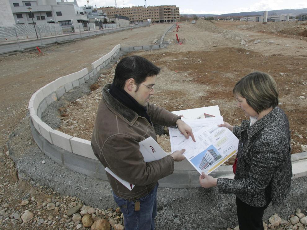 La gerente y el aparejador de Moravella S. L., junto al terreno donde edificarán las VPA.