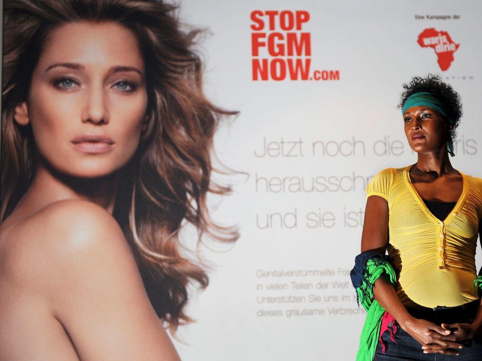 La ex modelo somalí Waris Dirie junto a un cartel de la campaña contra la ablación, en Berlín.