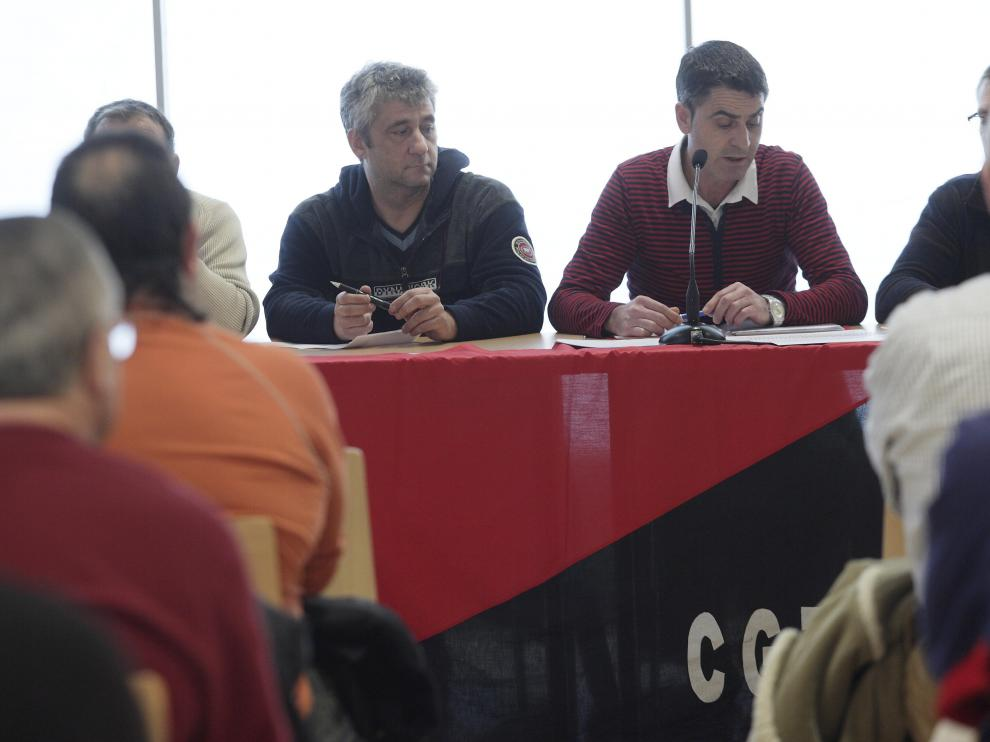 Asamblea de afiliados de CGT en GM España, ayer en Zaragoza.