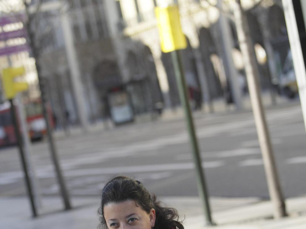 Raquel Seral recorre Zaragoza buscando su trabajo.