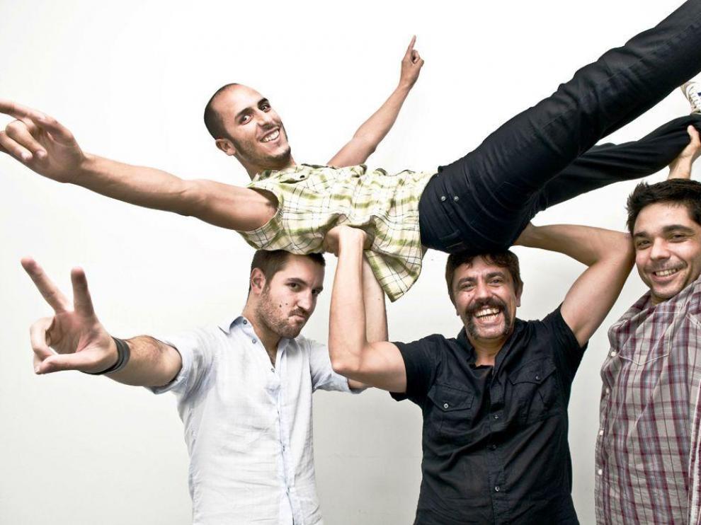 Sebas, Sergio y Edu levantan a Alfonso tras un golazo por toda la escuadra.