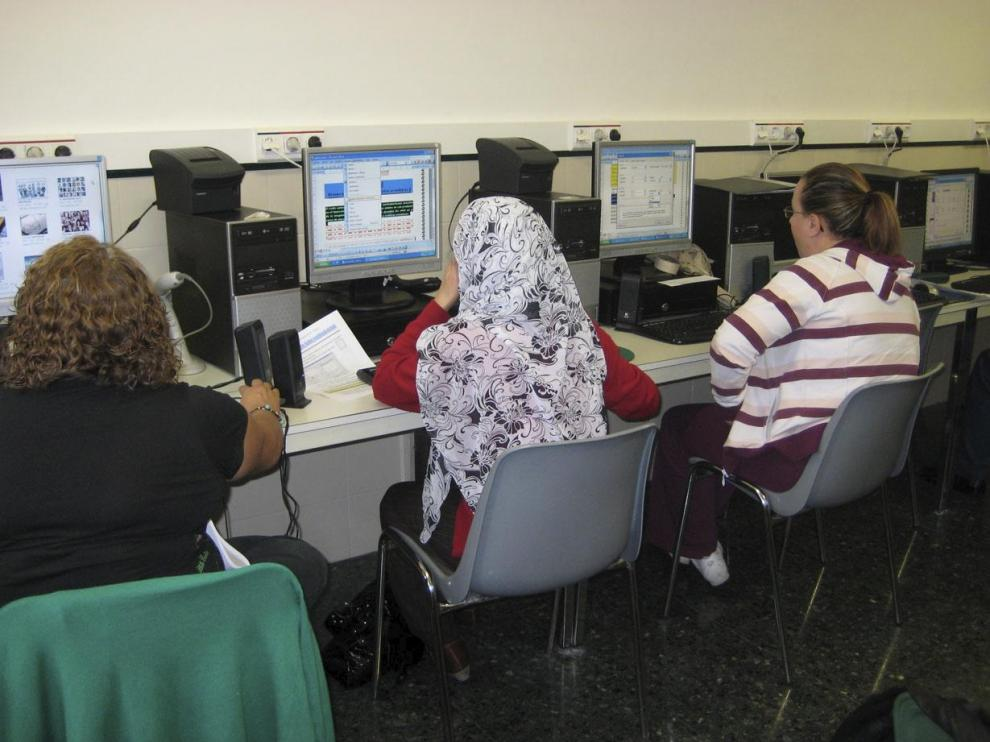 Un grupo de alumnos asisten al taller de electricidad, que tiene un gran éxito de demanda.