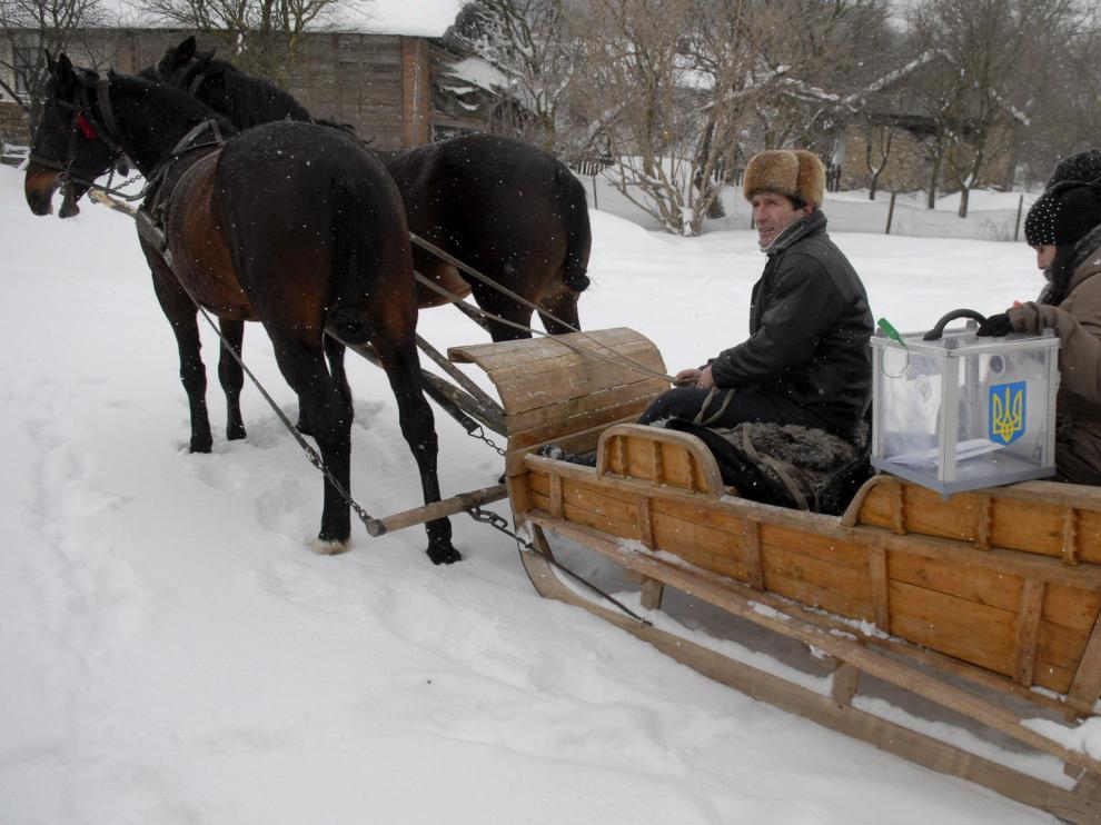 El comité electoral lleva una urna a los hogares con discapacitados en Trudowychi, ayer.