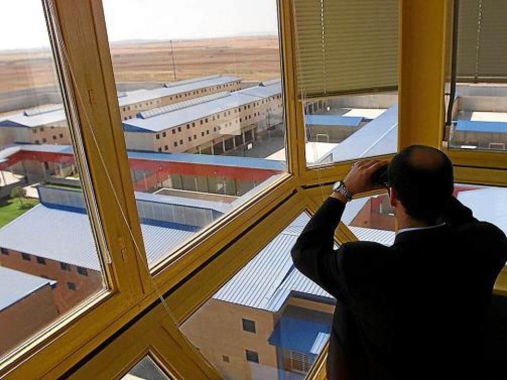 Un funcionario vigila desde la torre las instalaciones del centro penitenciario de Zuera.