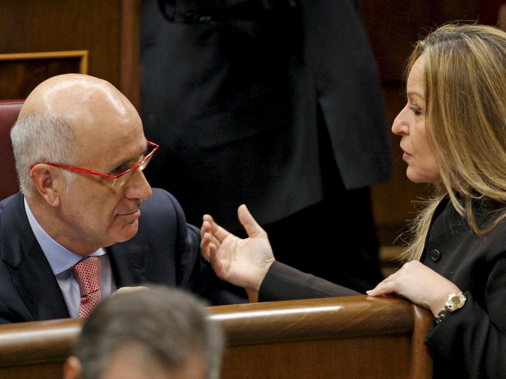 Josep Antoni Duran i Lleida, portavoz de CiU, charla en el Congreso con la ministra de Sanidad.
