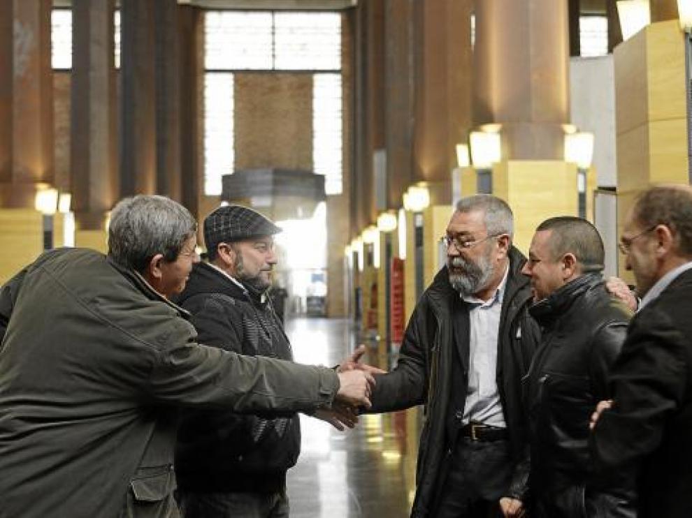 El secretario general de UGT, Cándido Méndez, saluda a algunos delegados al llegar al Auditorio