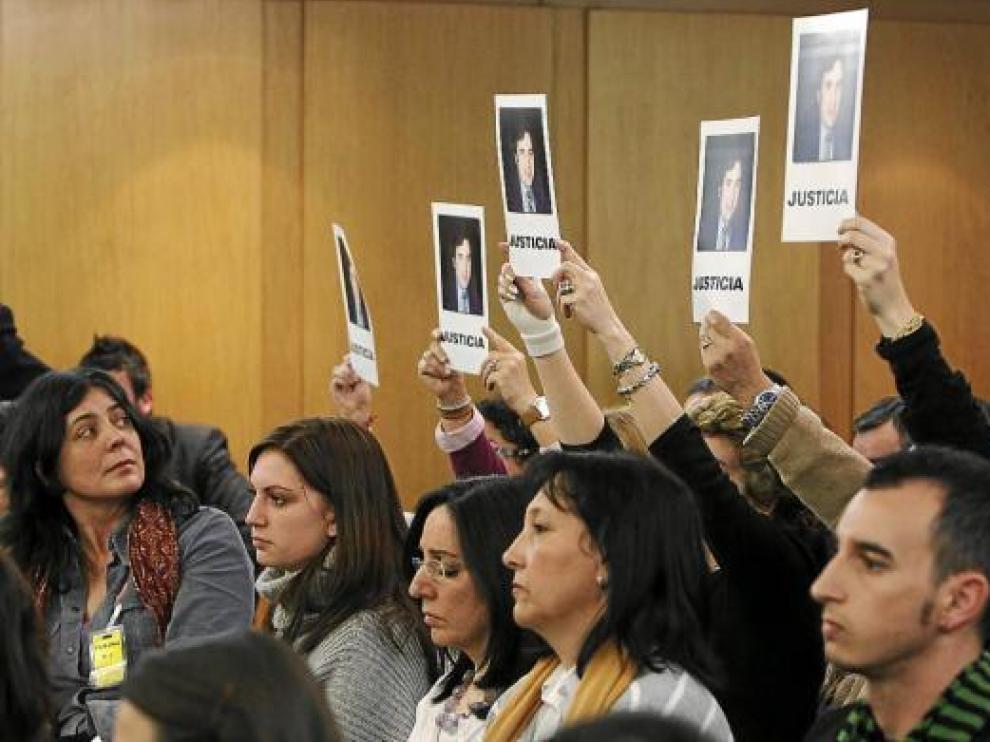 Familiares de José María Félix exhiben fotografías exigiendo que se celebre un juicio