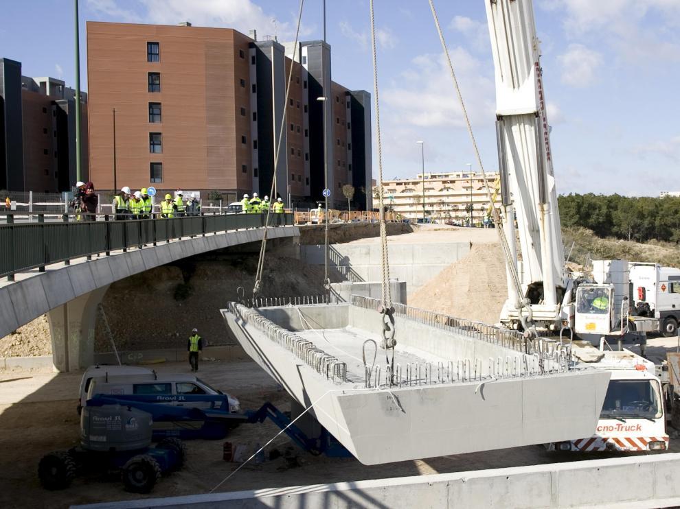 Una grúa de 400 toneladas coloca una viga de 70 en el puente de Valdespartera