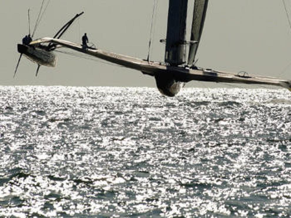 El trimarán de Oracle vuela sobre el mar de Valencia