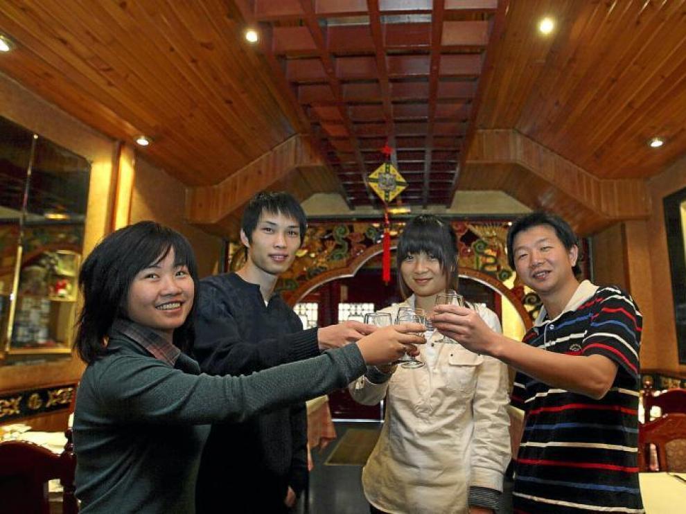 Xiaoxiang Chen, Zhengke Chen, Huiyu Zhang y Yuke Xu brindan por el nuevo año