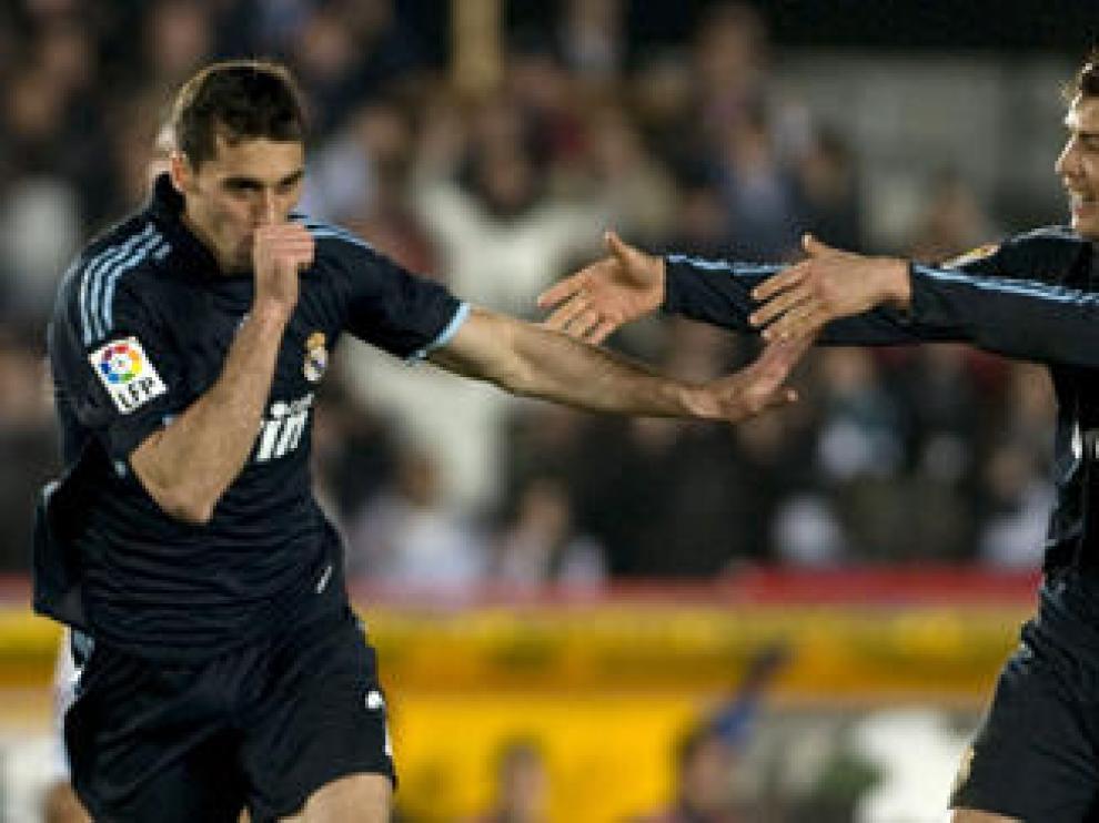 Cristiano Ronaldo (dcha.) celebra con Arbeloa uno de los goles del Madrid