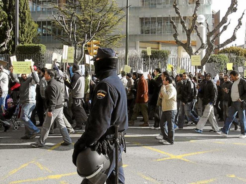 Agentes antidisturbios de la Policía Nacional de Zaragoza estuvieron presente durante todo el recorrido de la manifestación