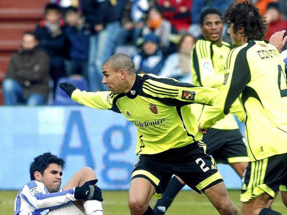 Diogo persigue el balón, con Diego Costa en el suelo y custodiado por Contini, en el duelo de ayer en Zorrilla.