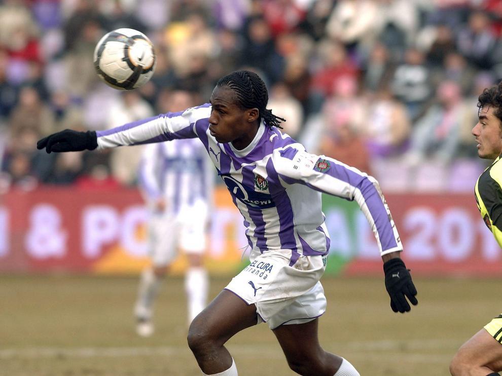 El delantero del Valladolid Contreiras conduce el balón ante la mirada de Contini