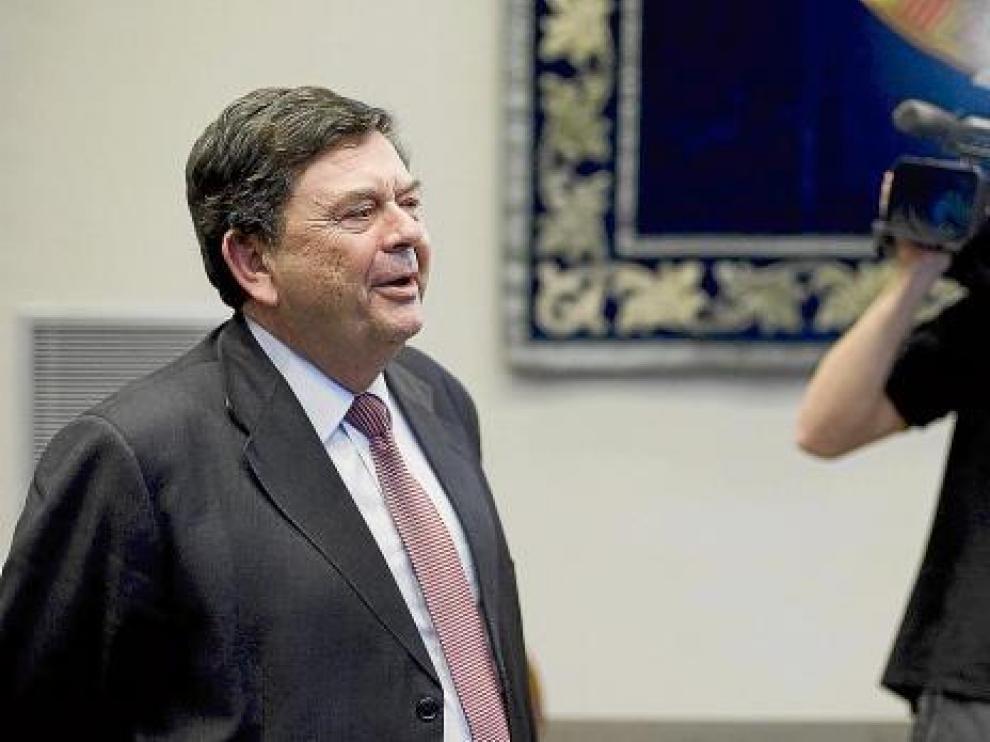 El rector, Manuel López, ayer en la sala Pilar Sinués del Paraninfo.