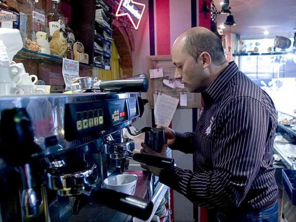 Víctor Manuel, ayer, sirviendo un café. Uno de los cientos que pone cada día y que le han valido de entrenamiento para competir.