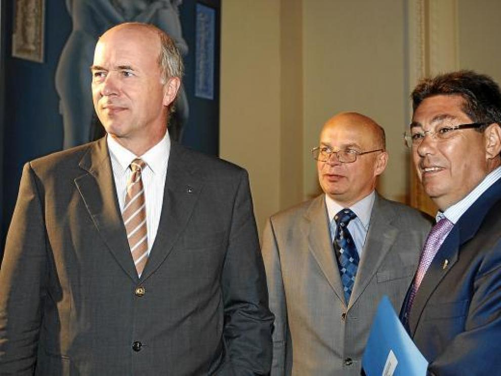 Forster (izda.) con Rytwinski, director general de la planta de Figueruelas, y Aliaga, en 2008.