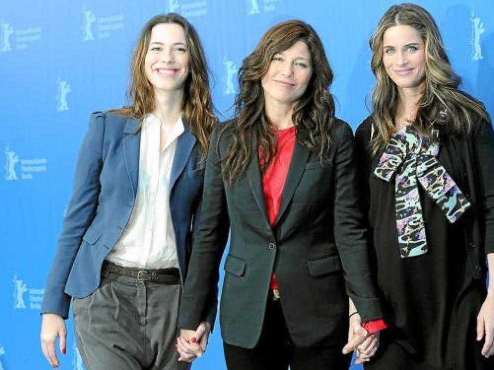 Rebecca Hall, Catherine Keener y Amanda Peet, protagonistas de 'Please Give', ayer, en Berlín.