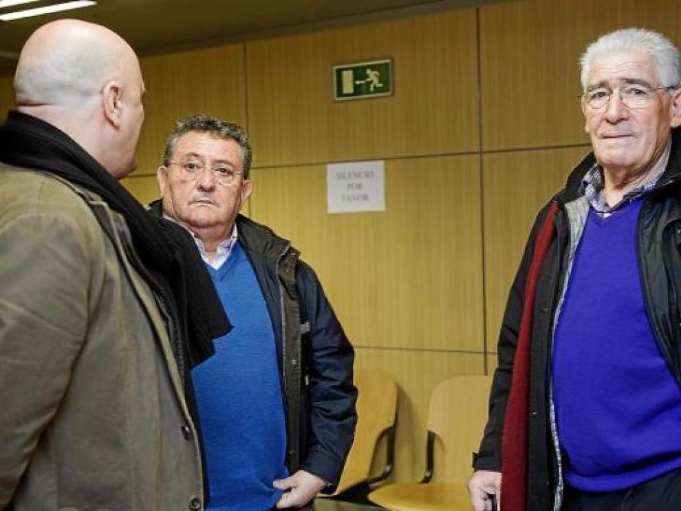 Manolo Villanova y Pedro Herrera, junto a un aficionado, ayer, en el Juzgado.