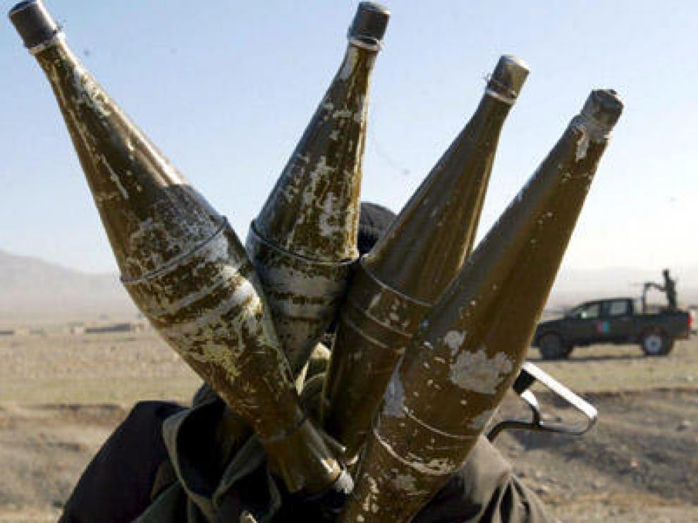 Un oficial de seguridad afgano lleva varias granadas en una mochila durante una operación militar contra talibanes en Herat.