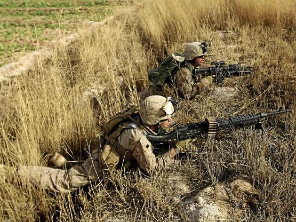 Marines estadounidenses patrullan en el noreste de Marjah, ayer.