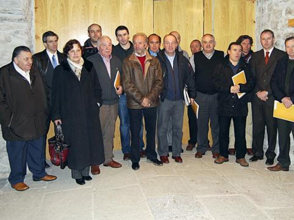 Todos los miembros de la ATVA tras la presentación del proyecto de unión de Astún y Candanchú.