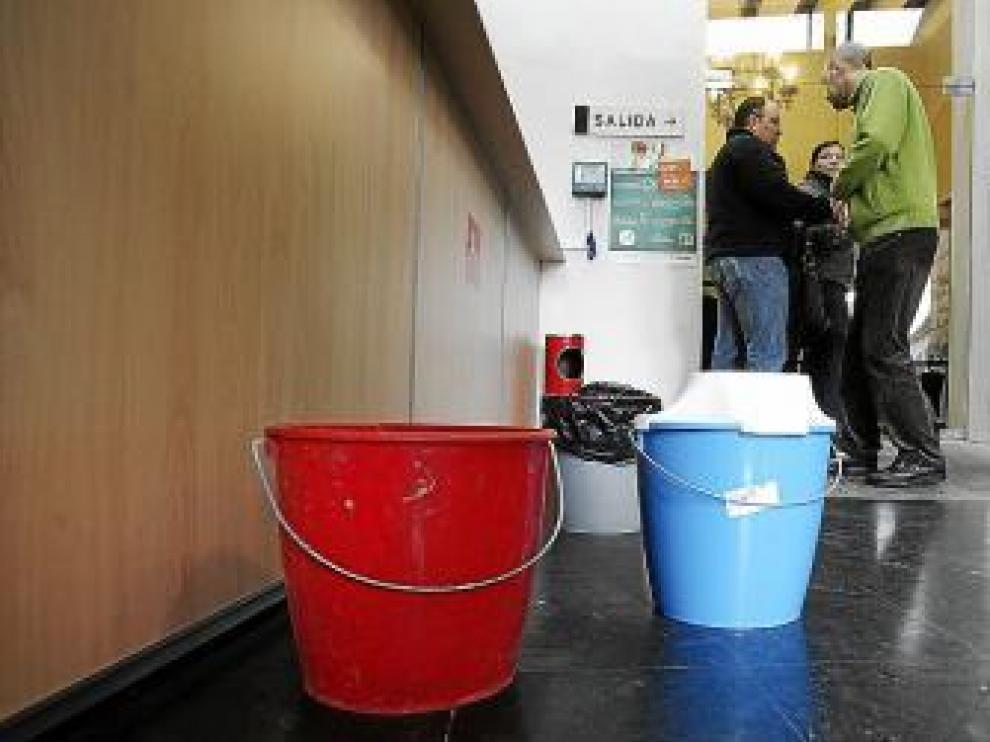 El hall del Ayuntamiento se llenó de cubos para recoger el agua.