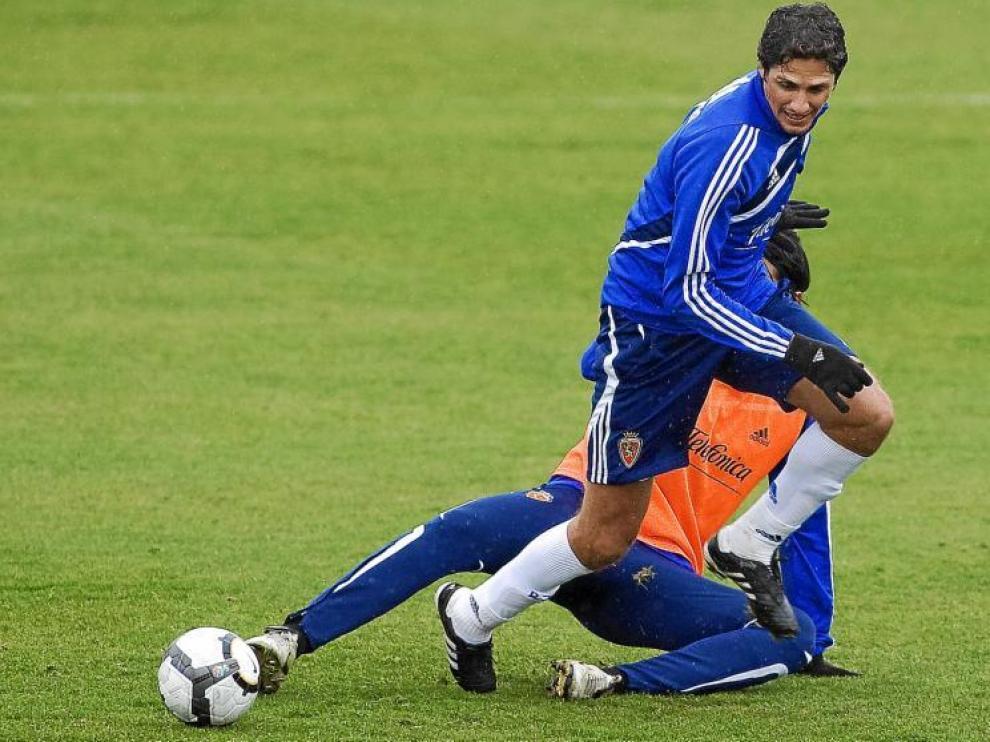 Edmilson pelea un balón durante el entrenamiento del pasado miércoles.
