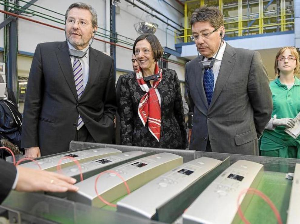 José Longás (izquierda), Teresa Santero y Arturo Aliaga, ayer en la factoría zaragozana de Montañana.