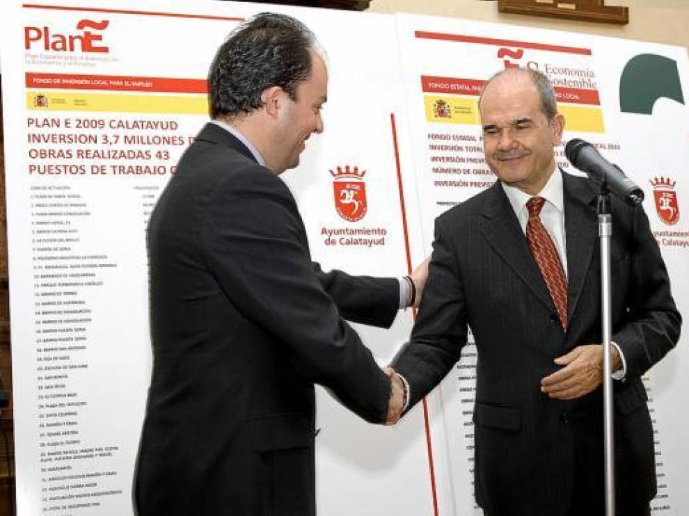 El alcalde, Víctor Ruiz (izda.), da la mano al ministro Manuel Chaves, ayer, en Calatayud.