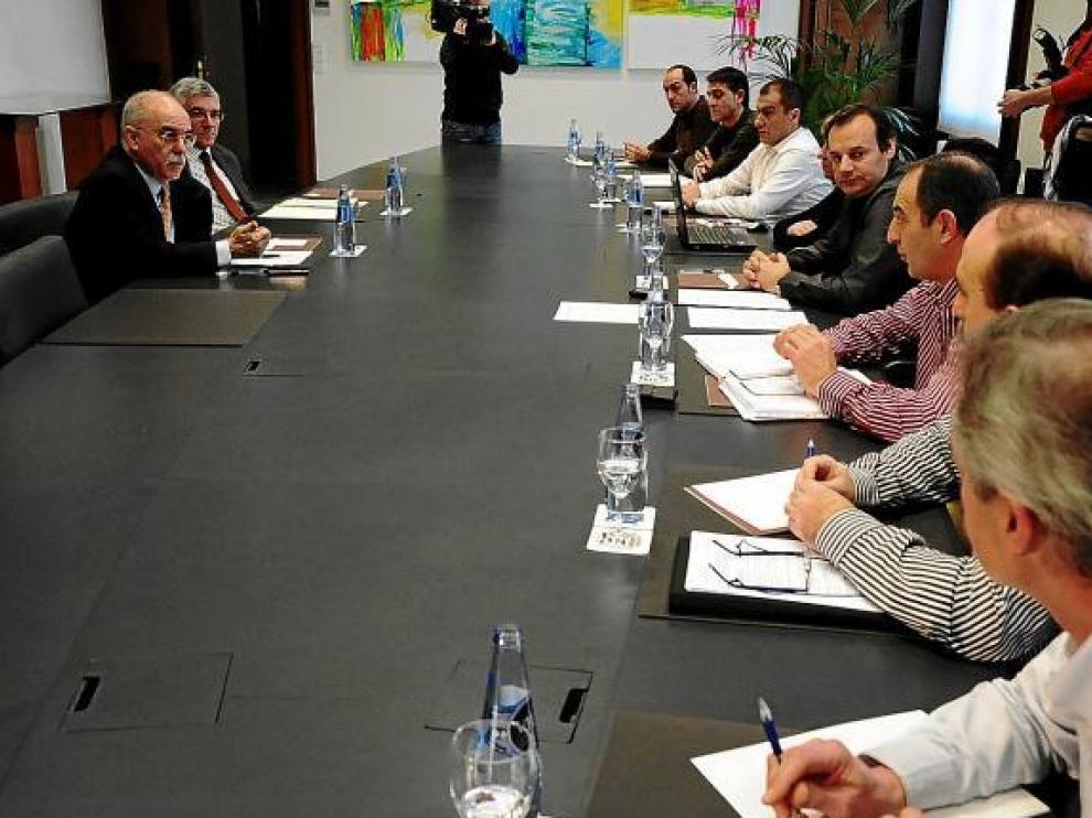 Larraz, consejero de Economía; Alastrué, director general de Trabajo  y los representantes del comité.