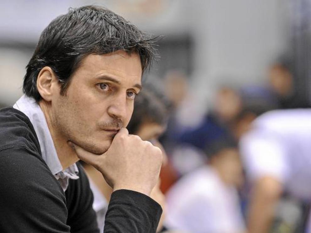 Mariano Ortega reflexiona en el banquillo.