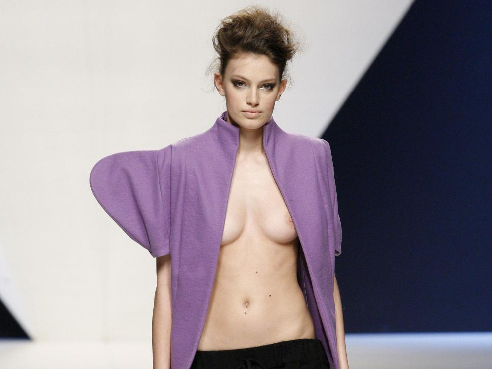 Una modelo luce un vestido de Sara Coleman en El Ego