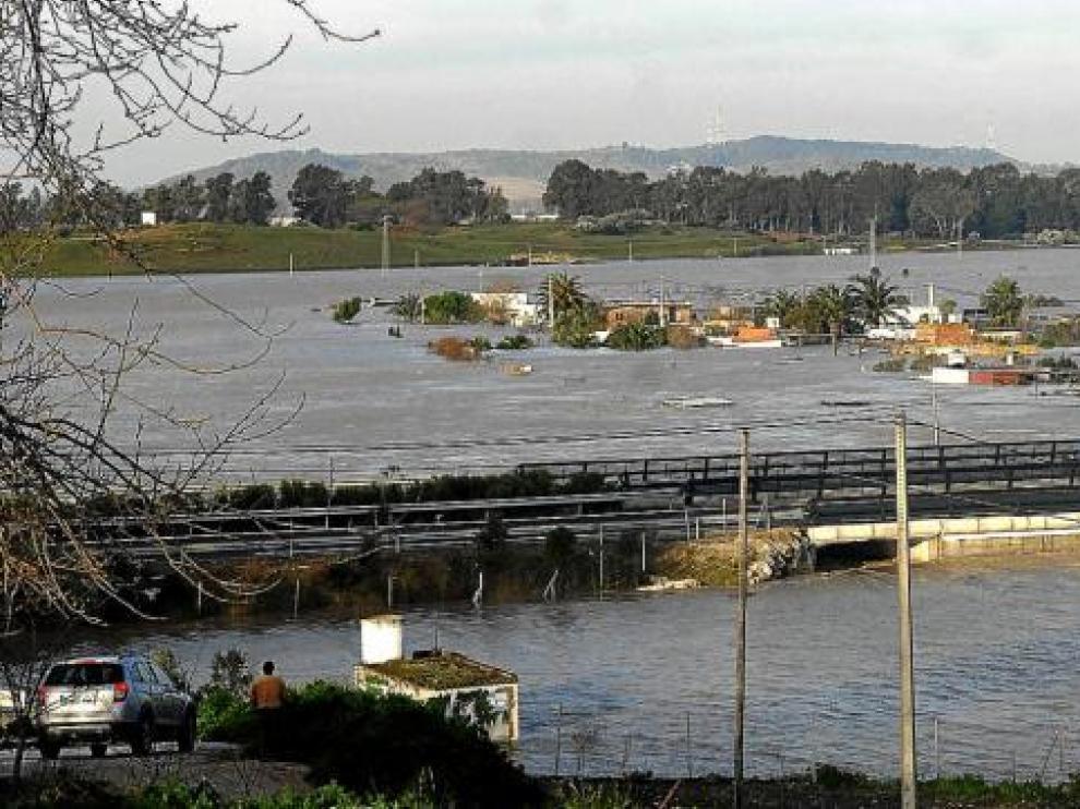 Al fondo aparece la barriada rural de Las Pachechas, en Jerez, completamente inundada por el río Guadalete