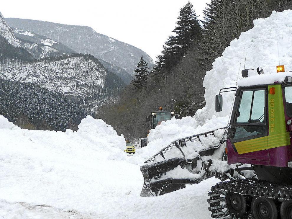 Varias máquinas trabajaron durante la mañana para despejar la carretera de nieve